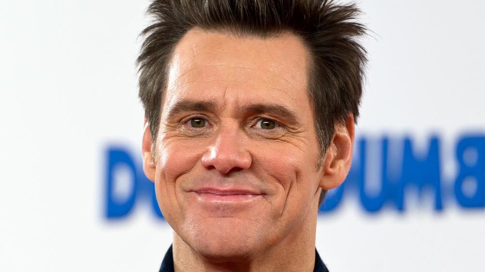Jim Carrey sourit sur le tapis rouge de Dumber and Dumber To en 2014