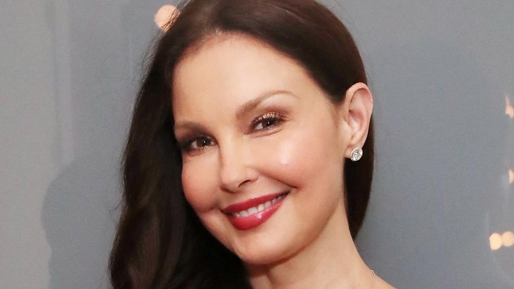 Ashley Judd posant lors d'un événement