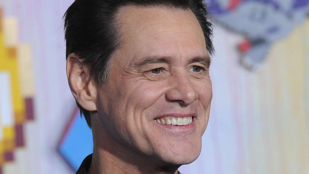 Jim Carrey souriant sur le tapis rouge