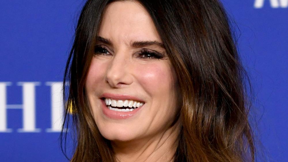 Sandra Bullock souriante sur le tapis rouge des Golden Globes