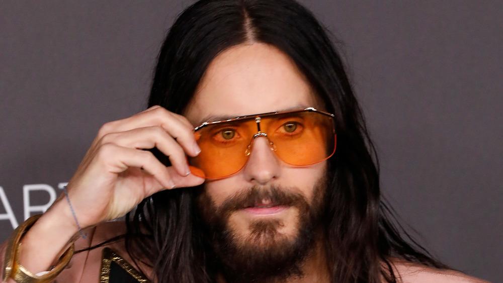 Jared Leto ajuste les lunettes de soleil