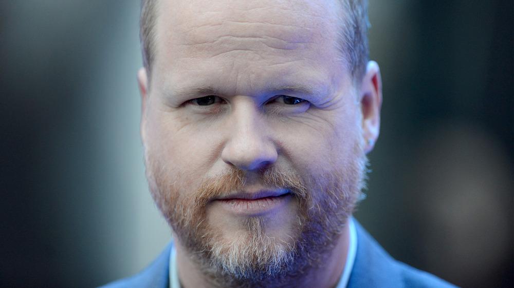 Joss Whedon avec un sourire narquois