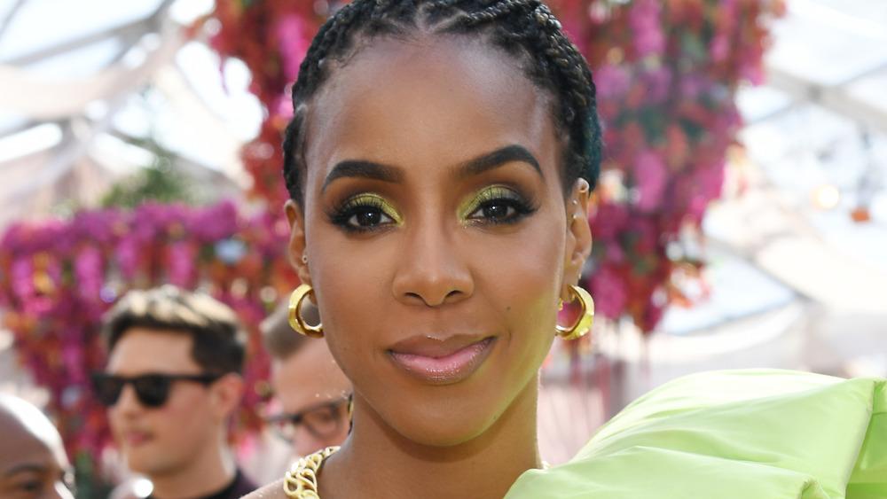 Kelly Rowland pose