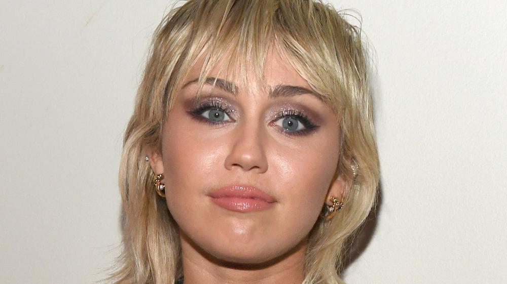 Miley Cyrus avec une expression neutre