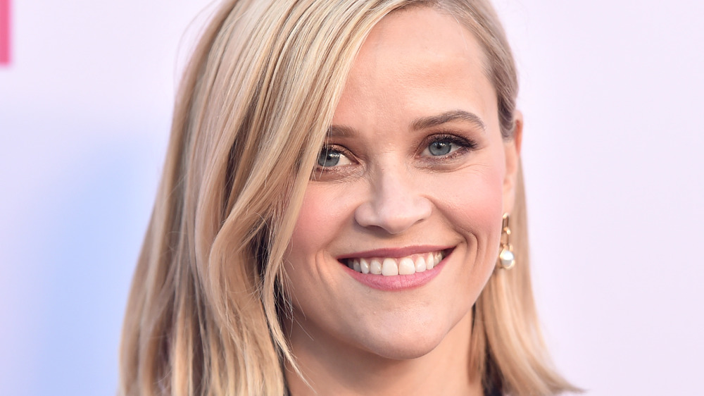 Reese Witherspoon sourit sur le tapis rouge