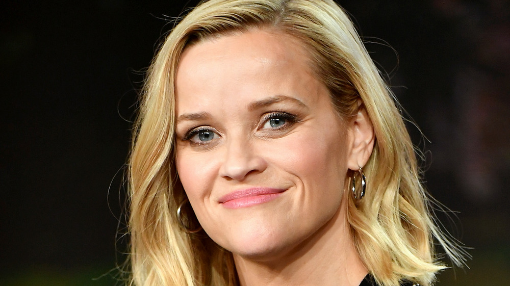 Reese Witherspoon sourit lors d'une interview