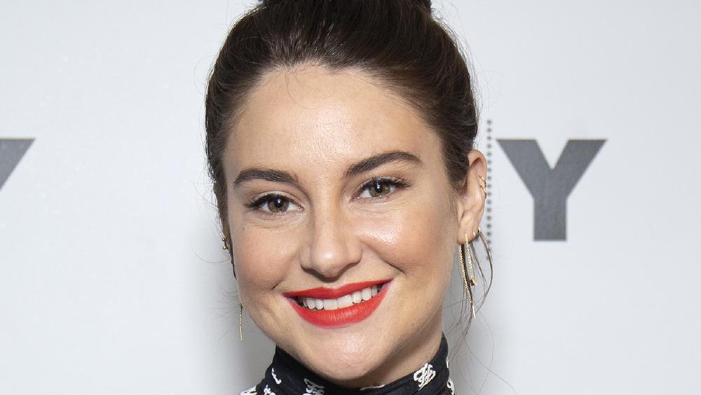 Shailene Woodley posant sur le tapis rouge