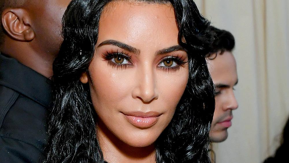Kim Kardashian posant