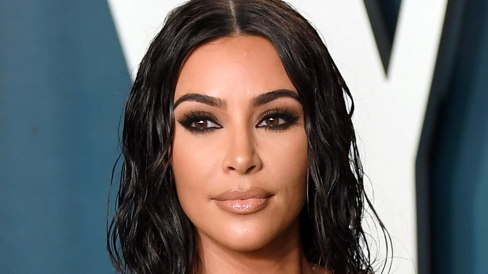 Kim Kardashian posant lors d'un événement