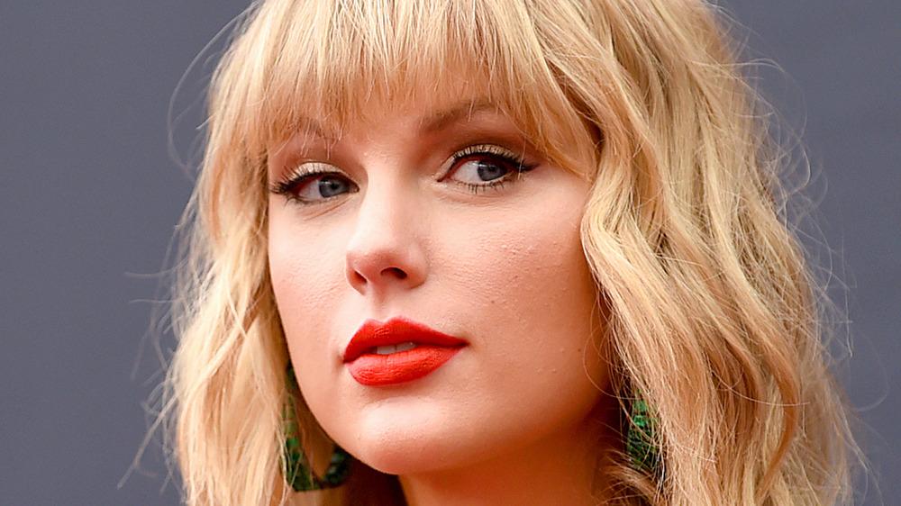 Taylor Swift avec une expression confiante