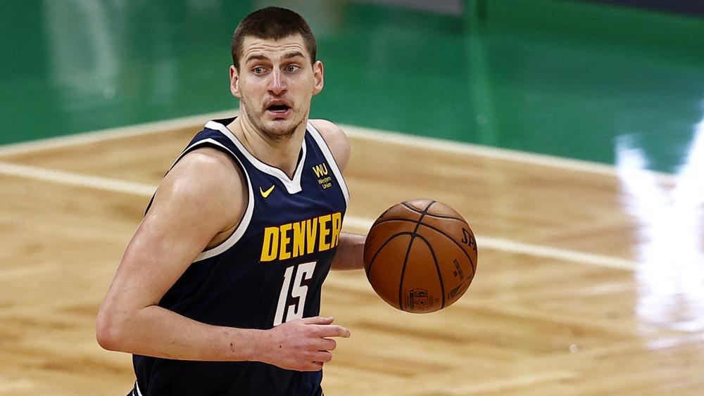 Nikola Jokic jouant au basket