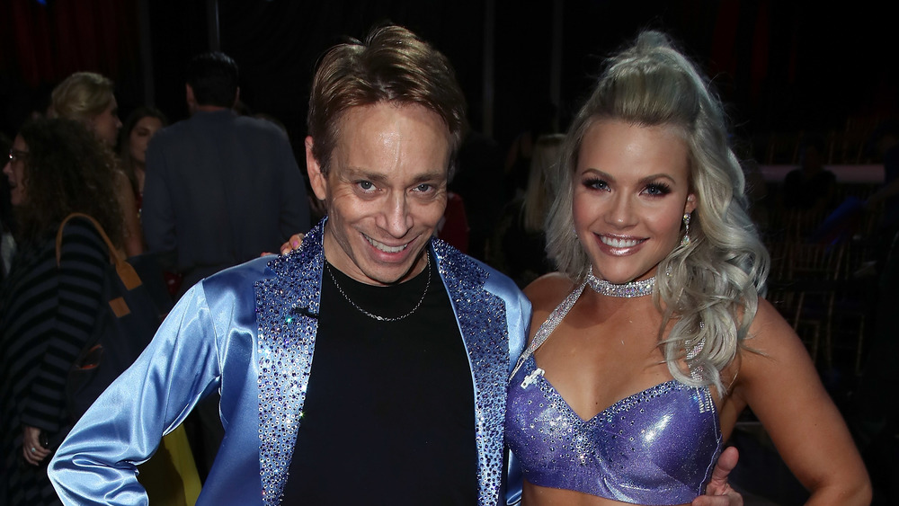 Chris Kattan et Witney Carson souriant sur Dancing With The Stars