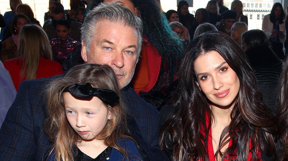 Alec Baldwin avec sa femme Hilaria et sa fille Carmen lors d'un défilé de mode