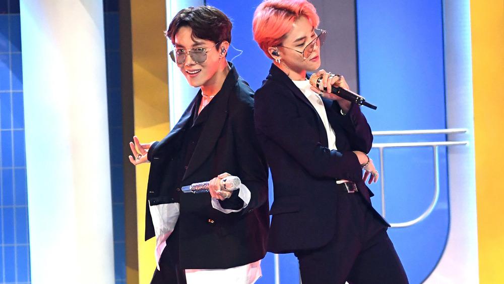 BTS stars J-Hope et Jimin posant