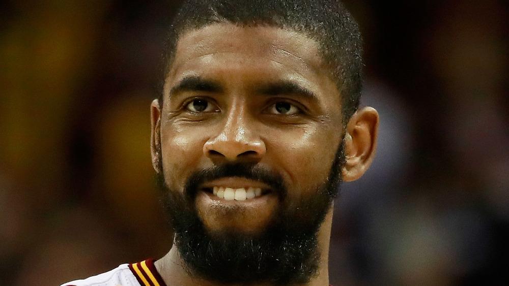 Kyrie Irving jouant sur le terrain de basket