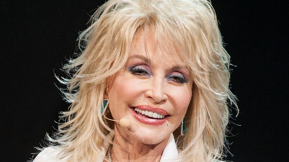 Dolly Parton souriant