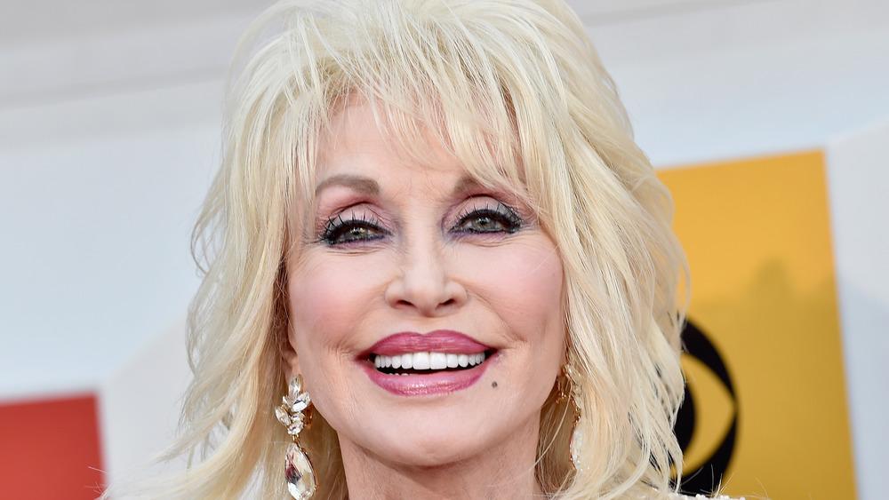 Dolly Parton souriant sur le tapis rouge