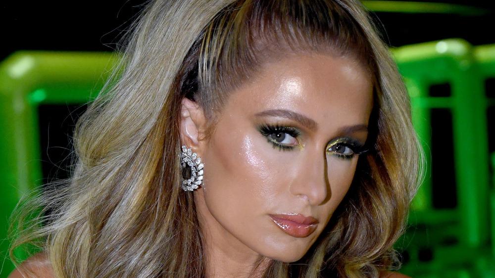 Paris Hilton lors d'un défilé de mode