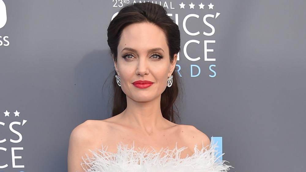 Angelina Jolie posant pour la caméra