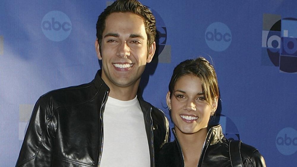 Missy Peregrym et Zachary Levi sourient tous les deux