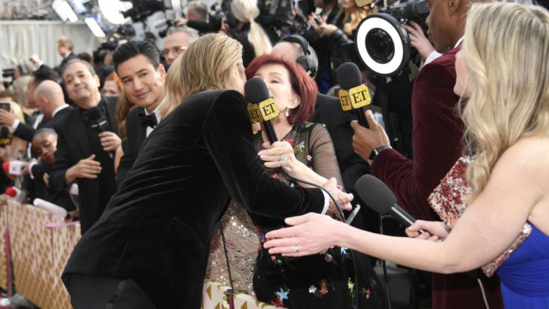 Brad Pitt et Sharon Osbourne s'embrassant sur le tapis rouge des Oscars