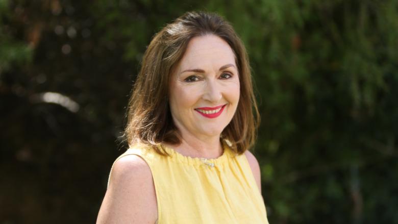 Nora Dunn souriante