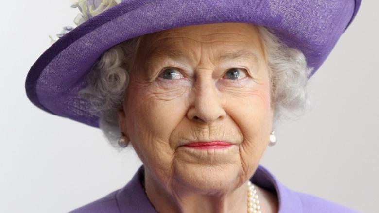 La reine Elizabeth II dans un chapeau violet