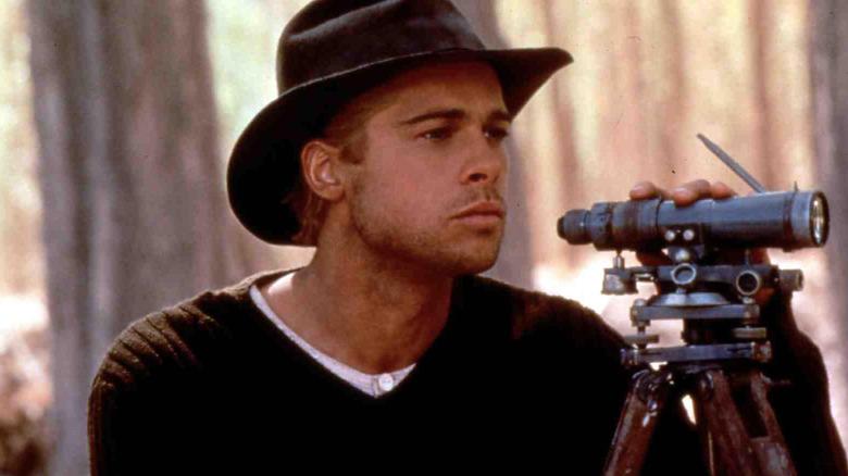 """Brad Pitt comme alpiniste Henrich Harrer regardant à travers des jumelles dans """"Sept ans au Tibet"""""""