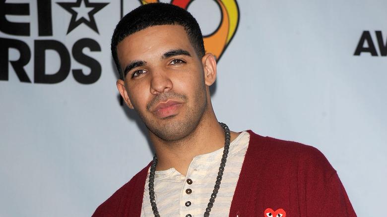 Drake regardant devant