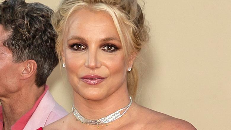 Britney Spears cheveux en l'air