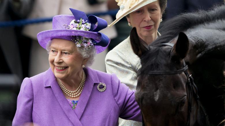 La reine Elizabeth et la princesse Anne avec un cheval