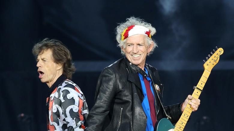 Mick et Keith effectuant