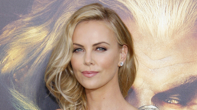 Charlize Theron souriant