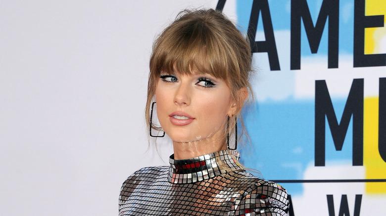 Taylor Swift posant