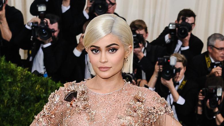 Kylie Jenner posant