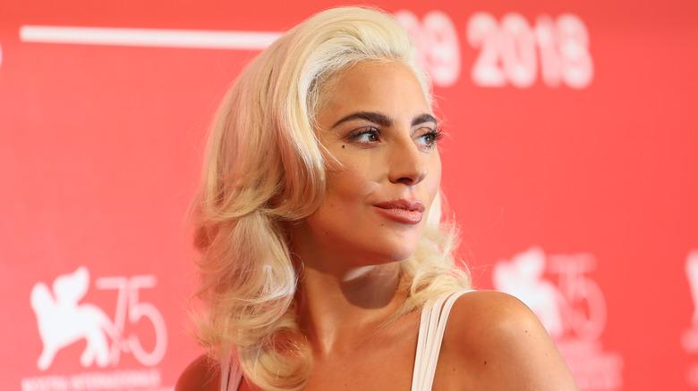 Lady Gaga avec un sourire narquois