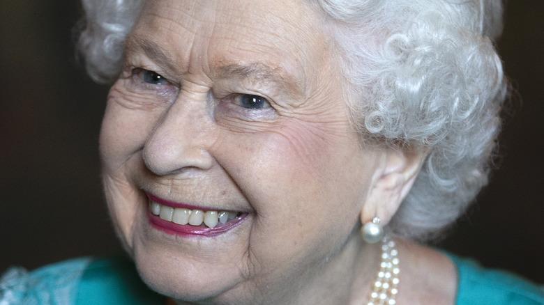 La reine Elizabeth souriante