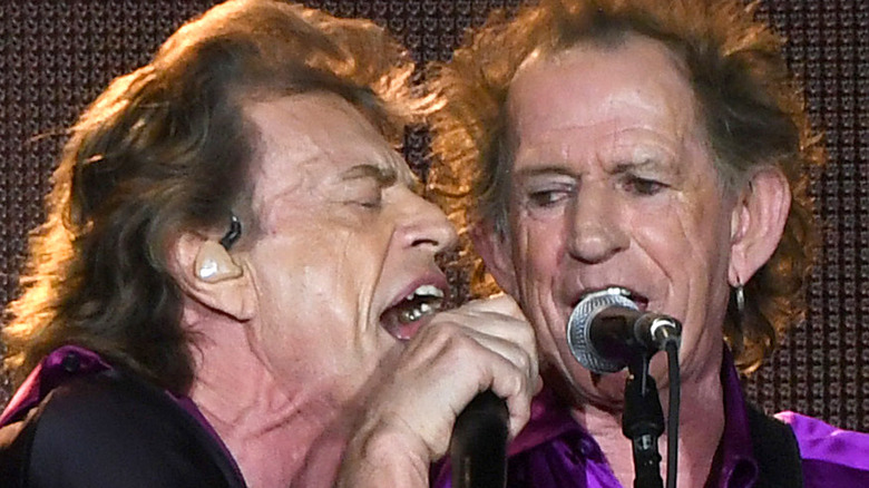 Mick Jagger et Keith Richards chantent