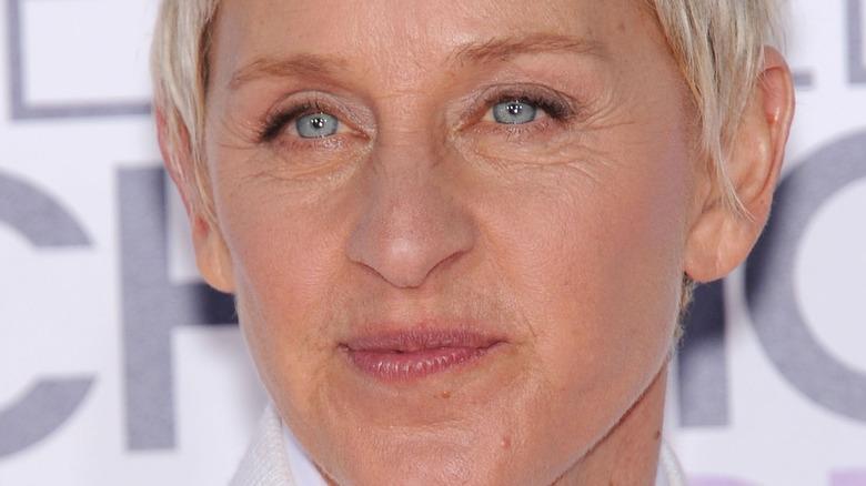 Ellen DeGeneres avec une expression neutre