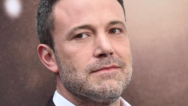 Ben Affleck, ne sourit pas, regarde ailleurs, poils du visage, cheveux gris dans ses cheveux, tapis rouge 2020