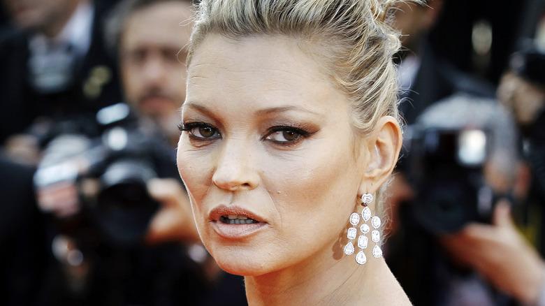 Kate Moss posant