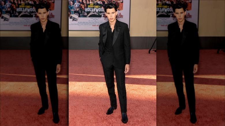 Austin Butler posant sur le tapis rouge