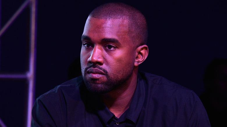 Kanye West détournant les yeux