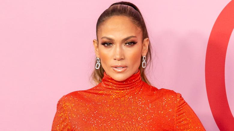 Jennifer Lopez en pull orange