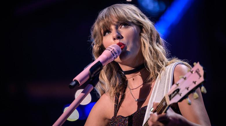 Taylor Swift chante au concert