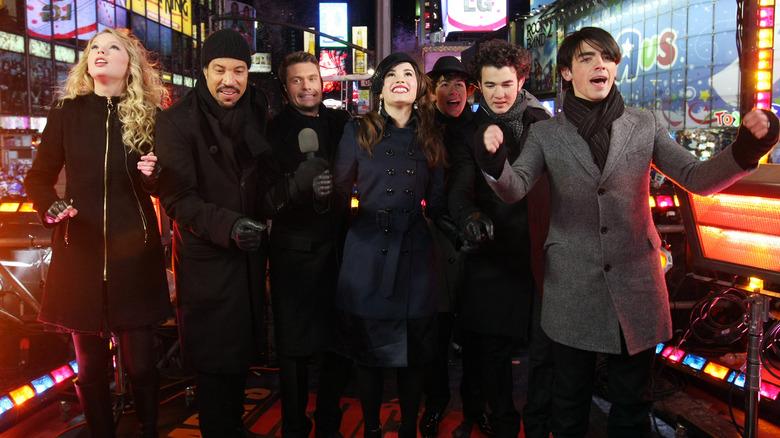 Jonas Brothers avec Taylor Swift, Ryan Seacrest, Lionel Richie pour le réveillon du Nouvel An