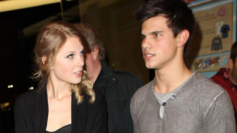 Taylor Lautner et Taylor Swift discutent