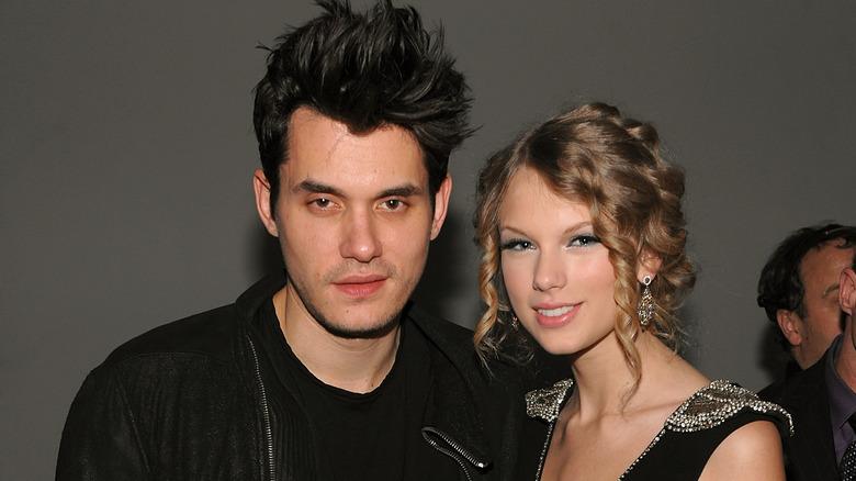 John Mayer et Taylor Swift posant sur tapis rouge