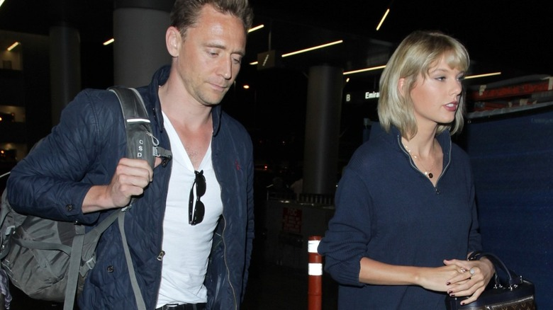 Taylor Swift et Tom Hiddleston marchant ensemble