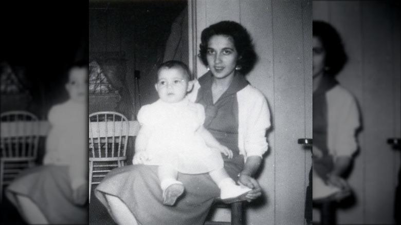 Bébé Vanna White assise sur les genoux de sa mère